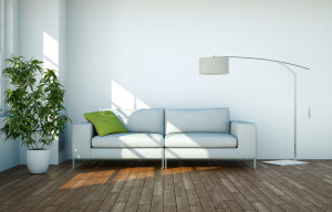 weisses Sofa mit Lampe